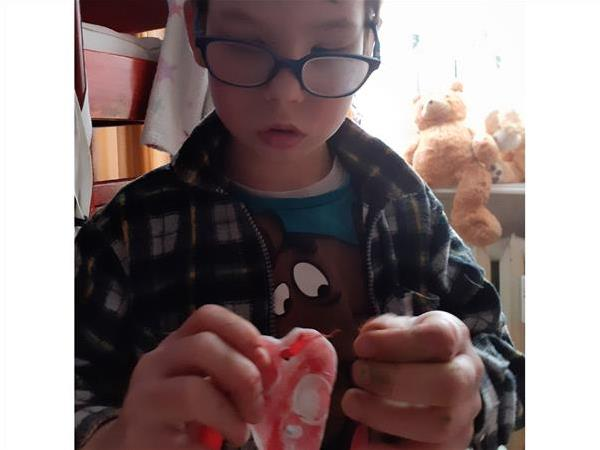 Tworzenie ozdoby z zimnej porcelany w kształcie serca.