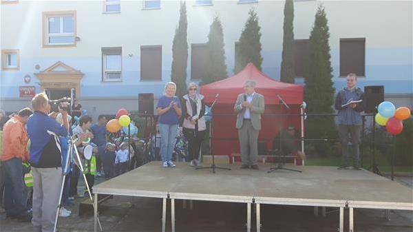 Na scenie przedstawiciele organizacji tworzące festyn