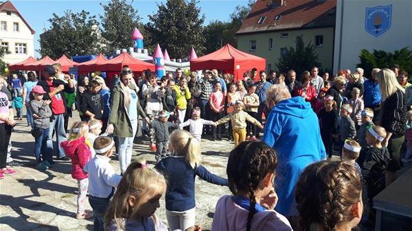 Ludzie uczestniczący w festynie