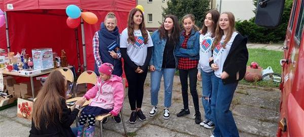 Malowanie twarzy oraz gry i zabawy zorganizowali wolontariusze z SP 8 z opiekunem Panią Włodarską.